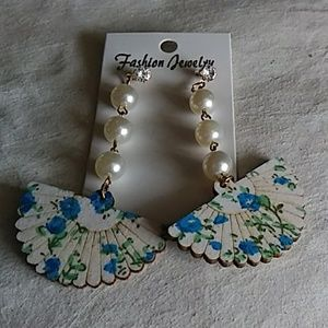 Pretty Blue fan stud earrings. NWT